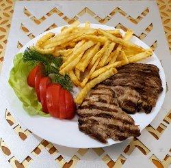 Ceafă cu cartofi prăjiți sau piure și salată de varză image