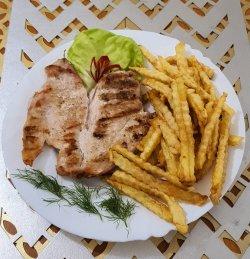Piept de pui la grătar cu cartofi prăjiți sau piure salată de varză image