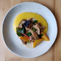 Tocană de iepure cu mămăligă și fructe de sezon caramelizate image