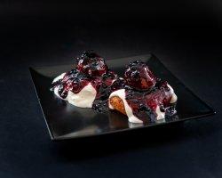 Papanași cu smântâna și dulceața de afine image