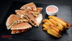Quesadilla de pui cu cartofi prăjiți și sos tartar  image