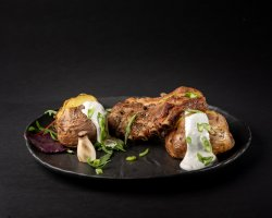 Coaste de porc confiate cu cartofi copți în coajă, smântână cu usturoi și ceapă verde image