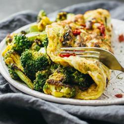 Omletă vegetariană cu broccoli image
