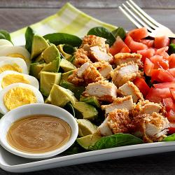 Salată cobb cu piept de curcan crocant și dressing dijon image
