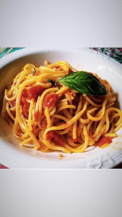 Spaghetti/Penne pomodoro e basilico image