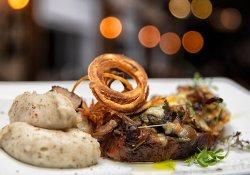 Ceafă de porc gătită lent cu ciuperci gratinate şi ceapă crocantă cu cartofi pe plită image
