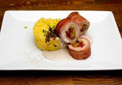 Muşchiuleţ de porc umplut cu hribi, sos de trufe şi piure de cartofi cu praz image