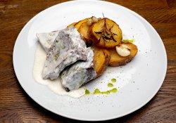 30% Reducere Obrăjor de vită gătită lent cu cartofi pe plită şi sos de usturoi image