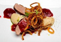 Piept de raţă cu piure de păstârnac, ceapă crocantă şi sos de coacăze roşii image