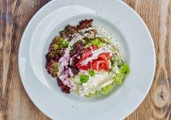 Salată creaţă cu gravlax, feta, sfeclă şi dressing de iaurt image
