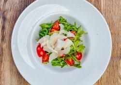 Salată cu rucola, grana şi roşii cherry image