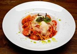 Spaghete cu roşii şi busuioc proaspăt image