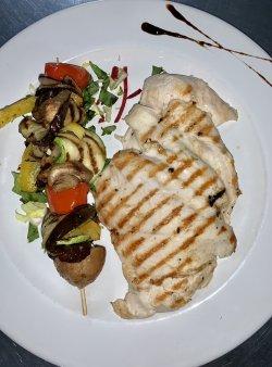 Piept de pui la grătar, cartofi prajiti si salata de ardei copt image