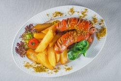 Cârnați cu sos curry și cartofi prăjiți image