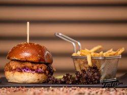 Burger Pulled Porc servit cu cartofi prajiti image