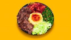 Kebab  de vită și curcan, hummus și salate la farfurie image