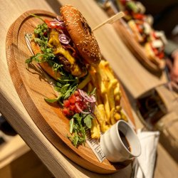 Burger + cartofi wedges și sos image