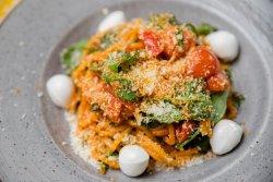 Spaghetti de casa cu mozzarella proaspata, rosii cherry si spanac  image