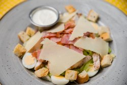 Salata Caesar cu piept de pui  image