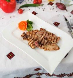 Meniu ceafă de porc la grill cu orez cu legume  image