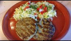 Pârjoale lipovenești pe plită cu salată de varză proaspătă image