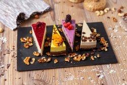 Cutia mixată cu felii de tort image