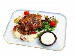 Ciolan de porc confit cu sos de hrean, piure de cartofi cu roșii uscate și mix de salată cu vinaigrette image