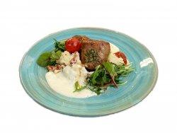 Mușchiuleț de porc cu sos de gorgonzola și piure de cartofi cu roșii uscate image