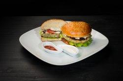 Chicken Burger cu cartofi prăjiți și sos Caesar image