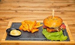 Bacon house burger cu cartofi wedges și sos + suc  image