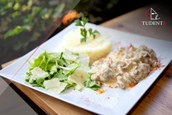 Ceafă de porc students și orez cu parmezan și salată verde  image