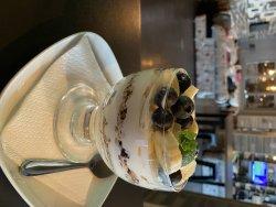 Iaurt grecesc cu granola și fructe proaspete image