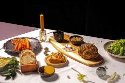 Turte si pastă de fasole, friptură de conopidă, salată, plăcintă de legume, morcovi copți și desert (de post)  image