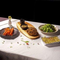 Friptură de conopidă, salată, plăcintă și morcovi copți (de post) image