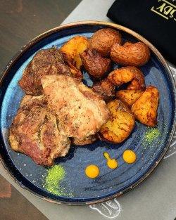 Ceafă de mangaliță la gratar cu cartofi Gatsby si sos de usturoi image