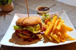 Burger cu cartofi deeprs și mix salată image