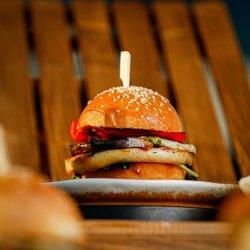 Burger vegetarian cu brânză halloumi și legume la grătar image