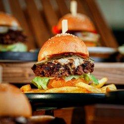 Burger de cerb cu marmeladă de ceapă și bacon image