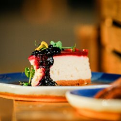 Cheesecake cu fructe de pădure și jeleu de zmeură image