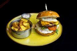 English Burger servit cu cartofi pai cu usturoi si parmezan + sos 1000 de insule image