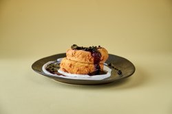 Papanași fierți/prajiți cu smântână și dulceață de afine image