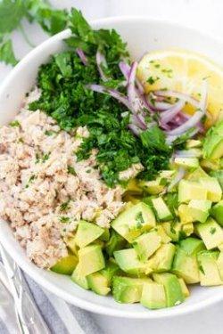 Salată cu ton și avocado image