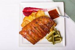Coaste de porc marinate în crustă crocantă dulce acrișoară acompaniate de cartofi cu rozmarin image
