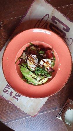 Salată cu avocado și halloumi  image