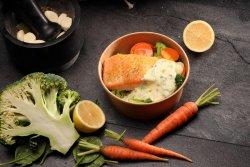 Somon cu legume și sos de capere  image
