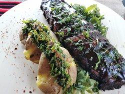 Coaste de porc glazurate și cartofi zdrobiți image