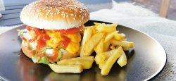 Burger de vită cu cartofi prăjiți și parmesan image