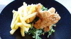Groujoane de pui cu sos tartar și cartofi prăjiți image