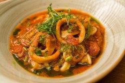 Inele de calamar marinate în sos pomodoro/Squid rings marinated in Pomodoro sauce