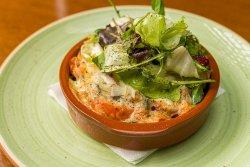Salată caldă gratinată cu brânză Provolone/Gratin salad with Provolone cheese